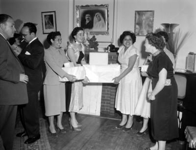 Mujeres y hombres en evento social