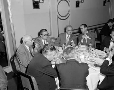 Hombres conciven durante evento con motivo de la V Convención Willys Mexicana S.A.