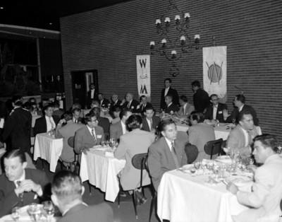 Hombres durante evento social de la V Convención Willys Mexicana, S.A.