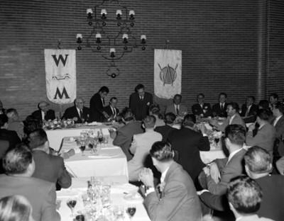 Hombres conviven en un evento de la V Convención Willys Mexicana, S.A.