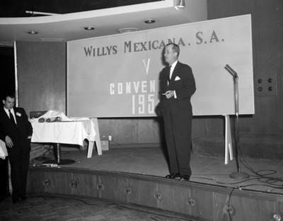 Hombres dirige unas palabras durante la V Convecnión Willys Mexicana, S.A.