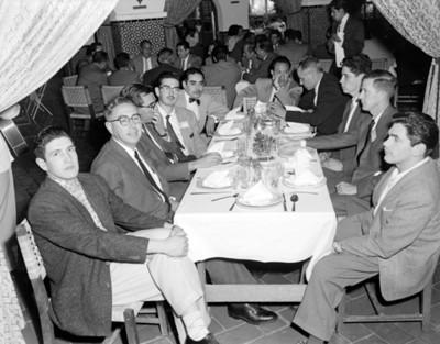 Hombres conviven durante evento de la V Convención Willys Mexicana, S.A.