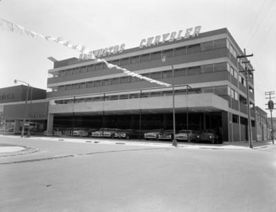 Agencia Chrysler, fachada de dos lados