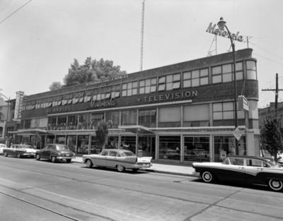 Agencias de automóviles, fachada de un solo lado