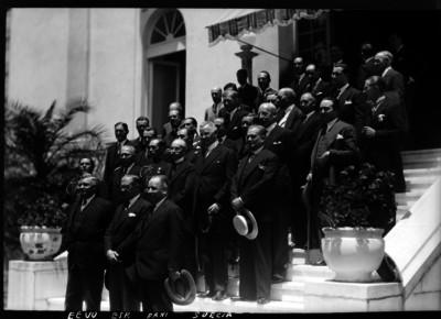 James Sheffield acompañado por Alberto J. Pani y embajadores de España y Suecia entre otros en la Secretaría de Relaciones Exteriores, retrato de grupo
