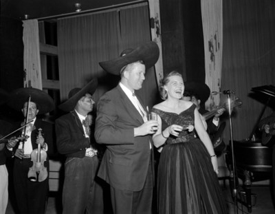 Hombre junto a mujer durante fiesta