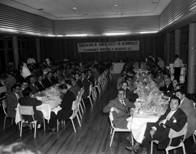 Empresarios durante banquete en un salón