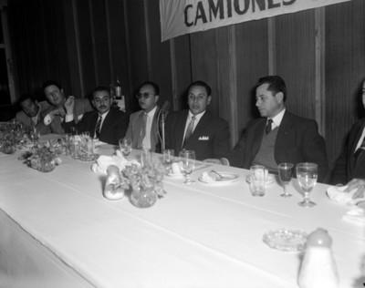 Empresarios durante banquete, retrato de grupo