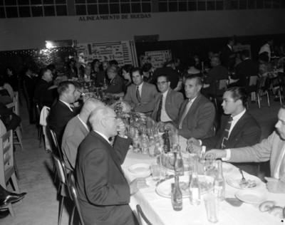 Empresarios durante banquete en elk taller automotríz de una agencia