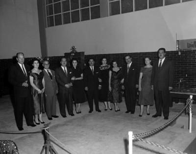 Empresarios y mujeres en un taller automotríz, retrato de grupo