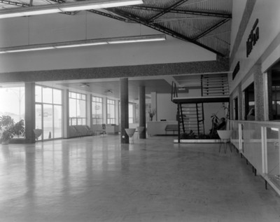 Agencia automotríz, interior vista parcial