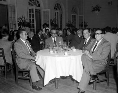 Hombres durante en un salón