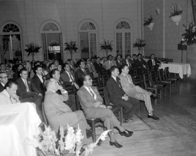 Hombres durante una reunión