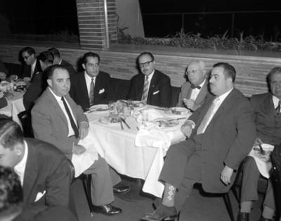 Hombres durante evento social, retrato de grupo