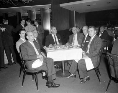 Hombres conviven en un evento de la General Motors