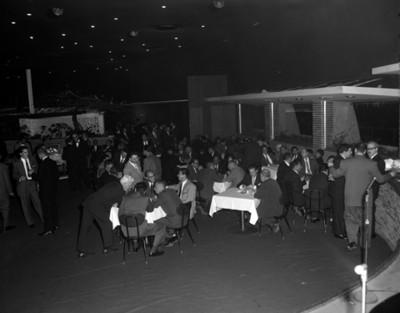 Hombres conviven durante evento de la General Motors, vista general