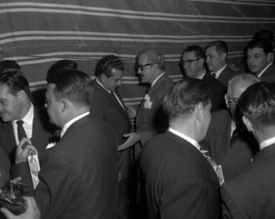Adolfo López Mateos conversa con empresario