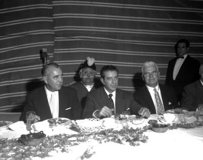 Adolfo López Mateos y empresarios durante evento de la General Popo, retrato