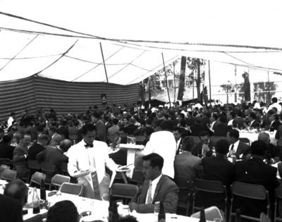 Hombres en el banquete de la General Popo, vista general