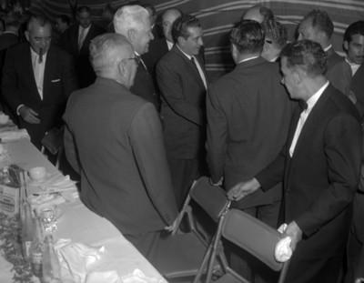 Adolfo López Meteos saluda a empresario en evento de la general Popo