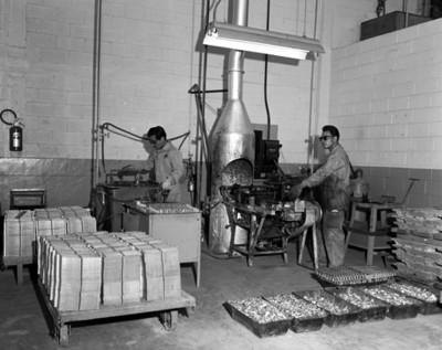 Hombres operan maquinaria en la fabricacion de máquinas automotríces