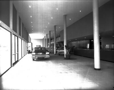 Automóviles en una agencia, vista parcial