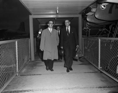 Hombres caminan en el andán de un aeropuerto