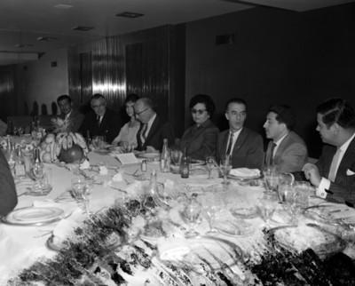 Hombres y mujeres conviven durante reunión social