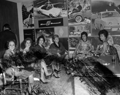 Mujeres durante exhibición de la Renault, retrato de grupo
