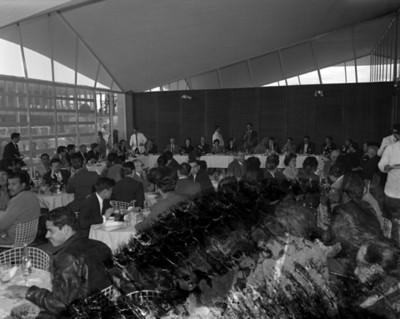 Gente convive durante comida en Bacardi