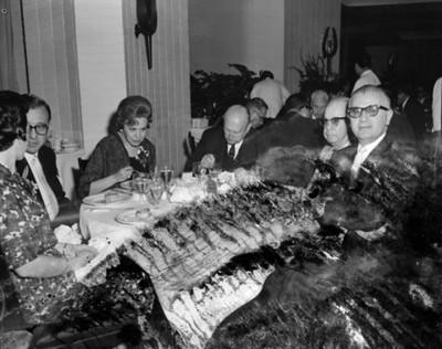 Empresarios y mujeres en el banquete de la VI Asamblea General Motors