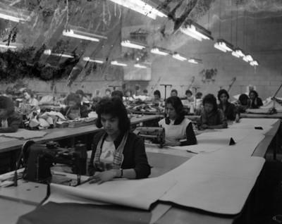 Muejres en un taller de costura, vista general