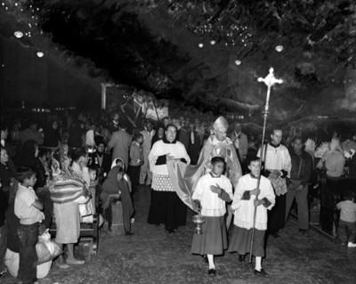 Gente durante peregrinación en el interior de una iglesia