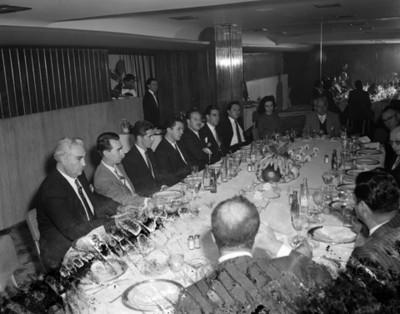 Gente durante banquete en un salón