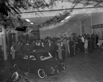 """Gente durante exhibición automotríz en una agencia """"Dina-Renault"""""""