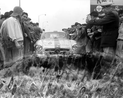 """Automóvil de carreras en el """" kilometro cero """" durante el """" Rally, Nacional Mexicano """""""