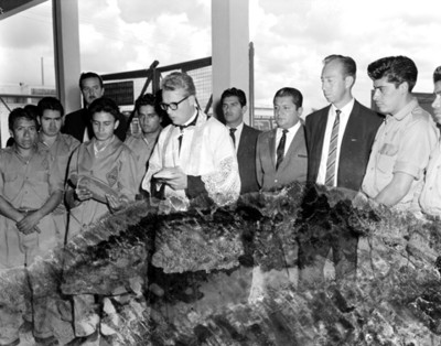 Sacerdote y hombres durante una ceremonia religiosa