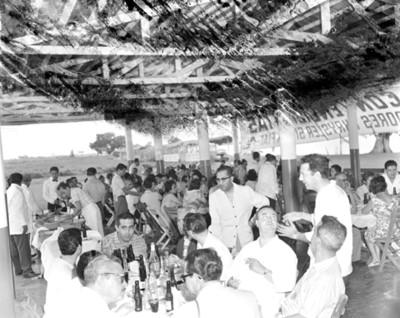 Empresarios durante banquete