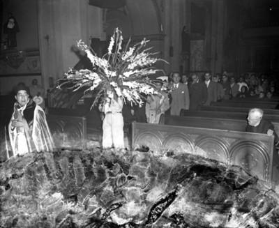 Sacerdote durante ceremonia religiosa en una iglesia, retrato