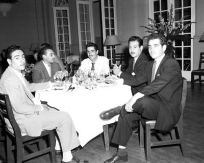 Hombres en un evento social, retrato
