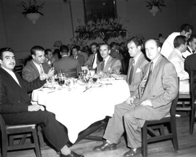 Hombres en un evento social, vista parcial