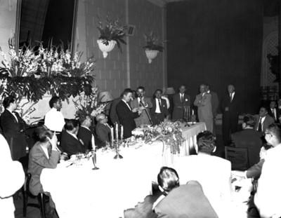 Hombre pronuncia discurso en reunión social