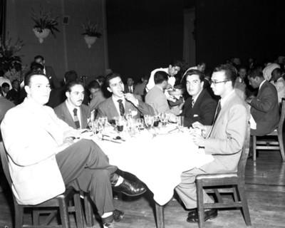 Hombres en una reunión social, retrato