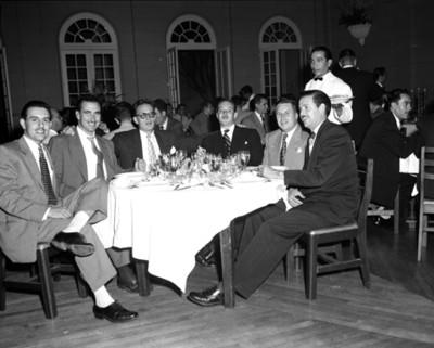 Hombres en reunión social, retrato