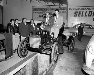 Hombres en automóvil modelo 1904, retrato