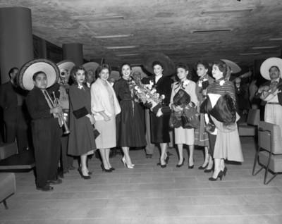 Mujeres durante fiesta, retrato de grupo