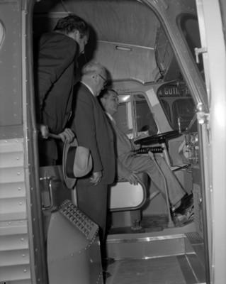 Hombres en interior de autobús