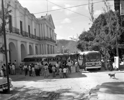 Gente junto a autobuses