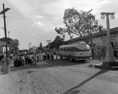 Gente observa autobús