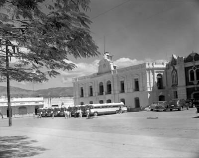 Autobuses estacionados frente a un edificio público